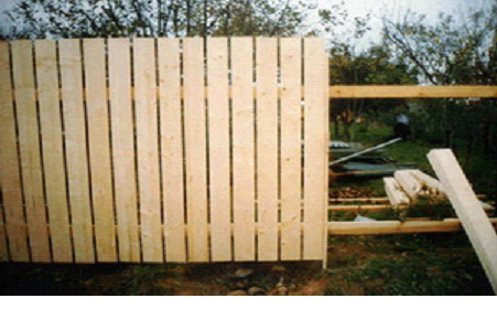 вид деревянного штакетника
