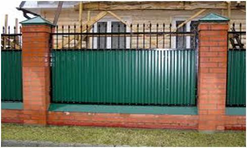 Забор с использованием металла и кирпича