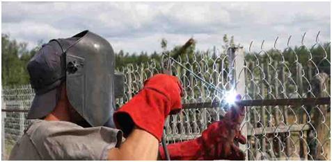 Забор сетку фиксирую сваркой