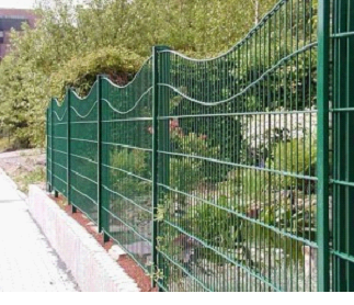 Железный забор необычной формы
