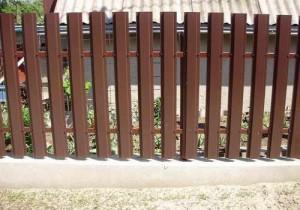 Забор из металлического штакетника выглядит эстетично и красиво, ожет быть любого цвета