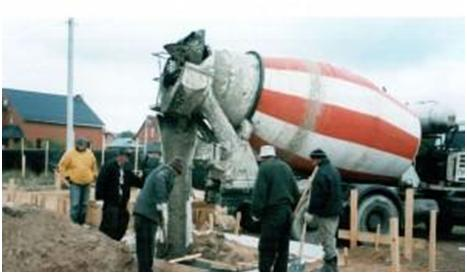 Бригада рабочих заливает бетон