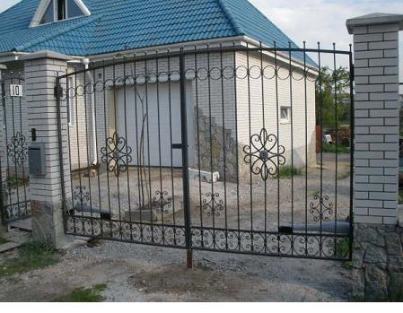 Железные ворота и кирпичные опоры