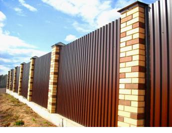 Забор из профиля на столбах из кирпича