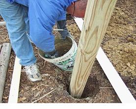 Монтаж столба из дерева