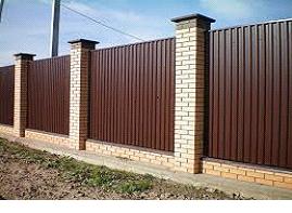 Забор из профиля на кирпичных столбах