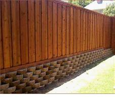 Забор из дерева на фундаменте