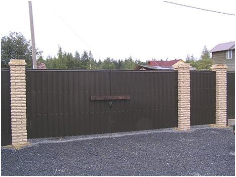 Профильный забор на кирпичных столбах