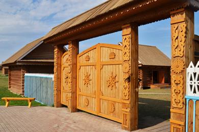 Деревянные ворота с фигурным украшением