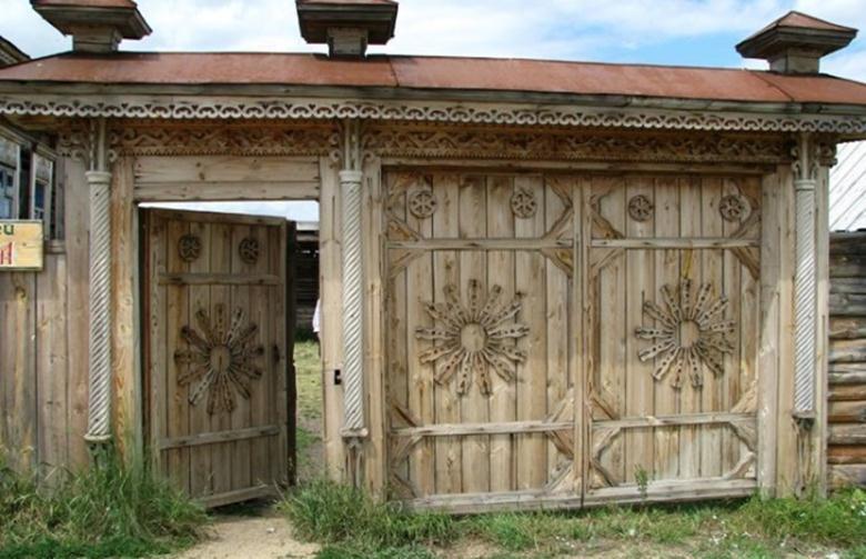 Массивные ворота из дерева