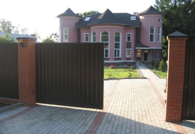Откатный ворота перед коттеджем