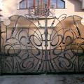 Въездной портал с коваными элементами