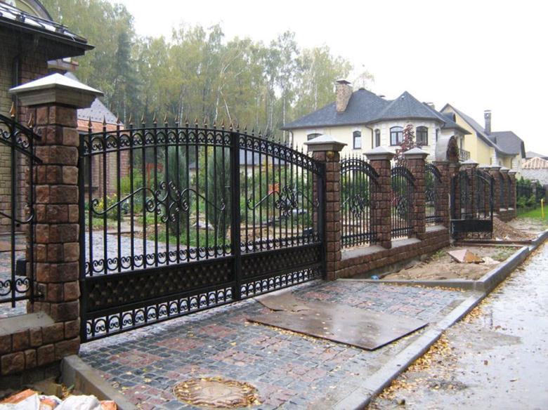 Кованые распашние ворота и ограда