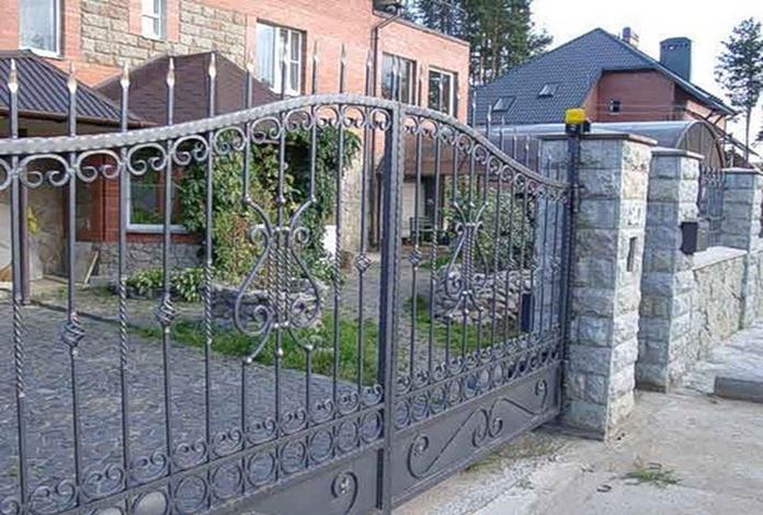 Кованые ворота с пиками