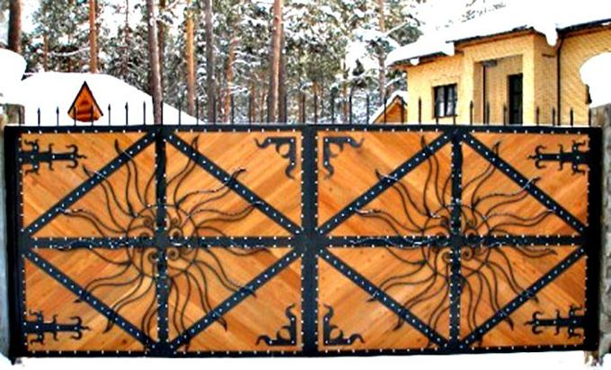 Кованое солнце на воротах