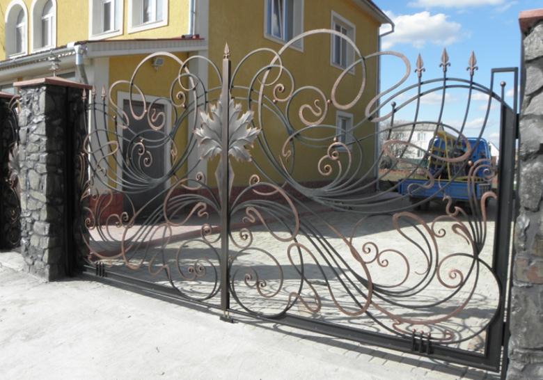 Витиеватый въездной портал