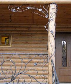 Деревянный столб с металлическими элементами