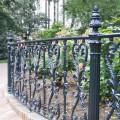 Металлическая ограда и столбы