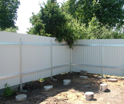 Железные опоры для ограды