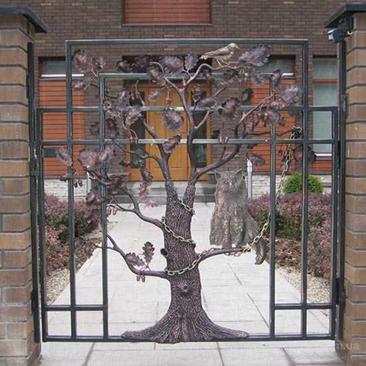 Кованое дерево на дверце