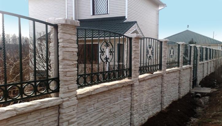 Кованый забор на дачном участке