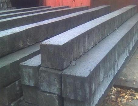 Отлитые из бетона столбы