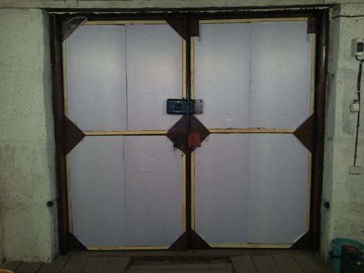 Обклеивание ворот изоляционным материалом