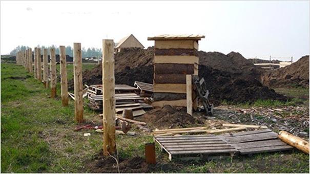 Установка столбов из древесины