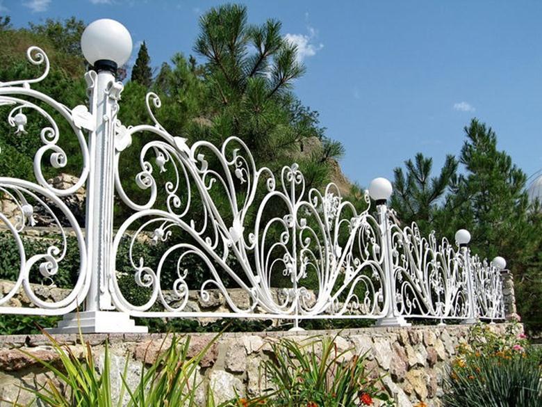Цветочный орнамент на заборе