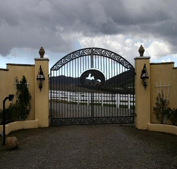 Монолитный забор и кованые ворота