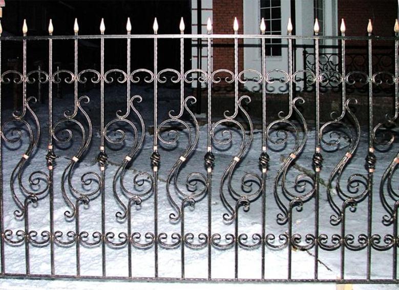 Кованый забор с золочеными элементами