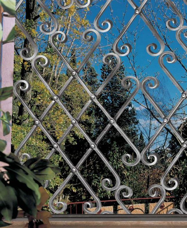 Специальное покрытие на кованом заборе