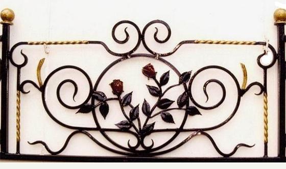 Кованые розы на ограждении