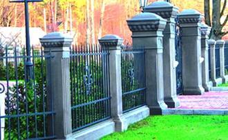 Бетонные опоры и кованый забор