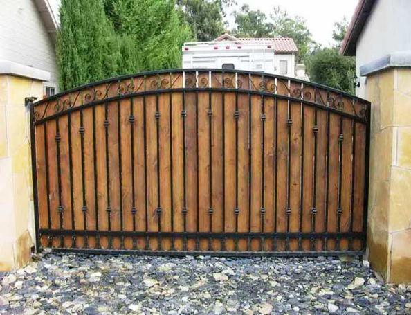 Деревянный портал с коваными элементами