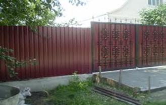 Распашные ворота и забор из металлопрофиля