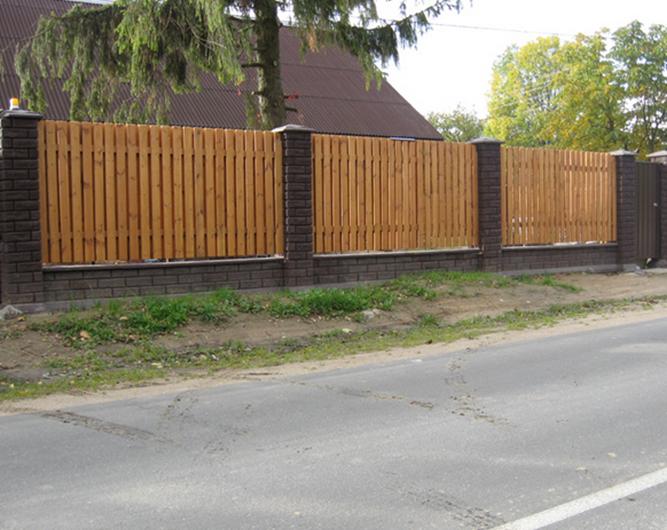 Кирпичные столбы и деревянная ограда