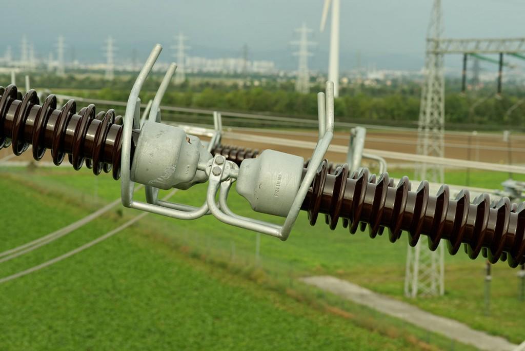 Линии электропередач и деревянный столб