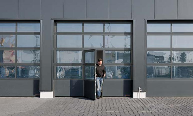 Подъемный портал с дверцей