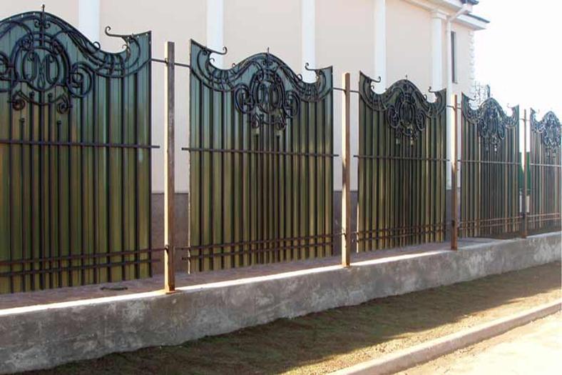 Сочетание различных материалов в заборе