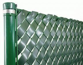 Комбинированная ограда из рабицы и пластика
