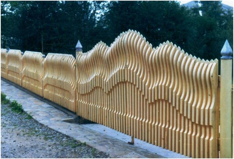 Необычный забор из древесины