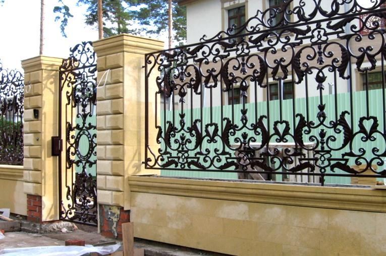 Металлическая ограда с калиткой