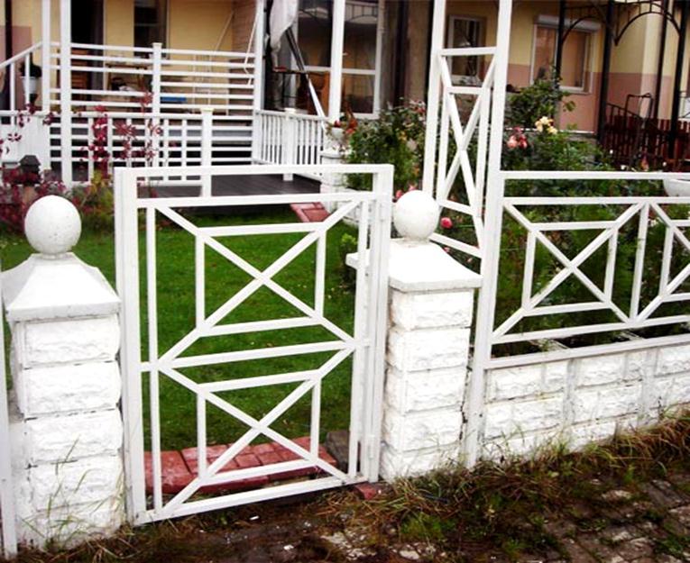 Небольшая дверца на садовом участке