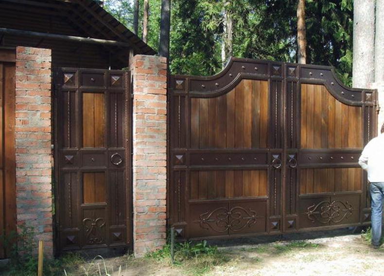 Массивные ворота и дверца из древесины