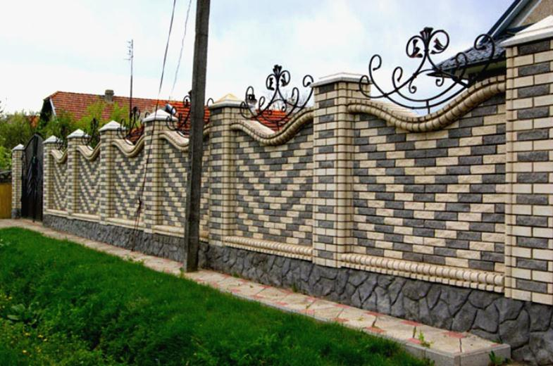 Забор из кирпича с элементами ковки