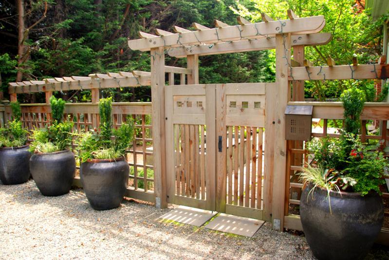 Деревянные ворота и ограда