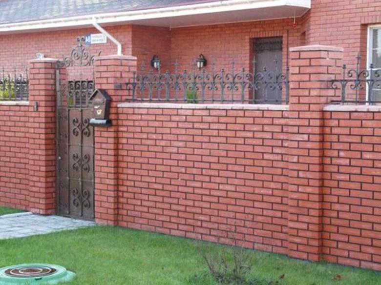 Ограда из кирпичей